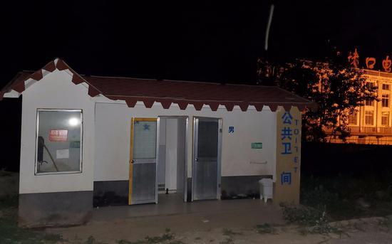 6月11日晚八点,阜南县郜台乡桂庙村,刚修好半年多的公共厕所断水断电。 新京报记者 李云蝶 摄