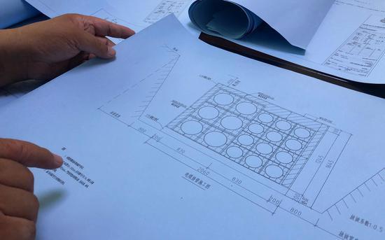 刘飞云称,为节省材料,实际施工中钢筋铺设间距比设计图纸的要求宽。新京报记者 王文秋 摄