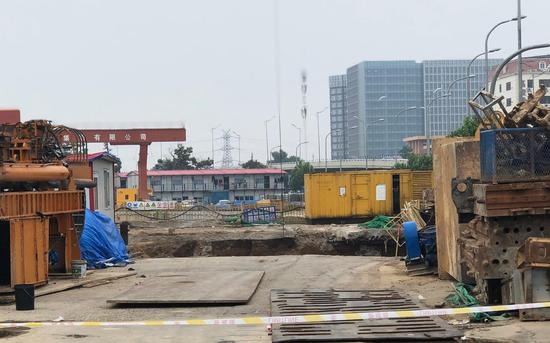 7月4日,青岛地铁1号线胜利桥站施工现场坍塌,出现了一个100平方米左右的大坑。新京报记者 王文秋 摄