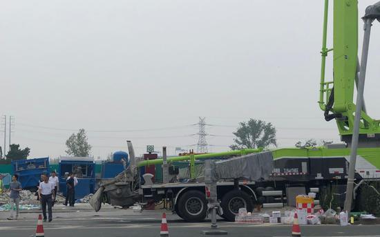 7月4日,青岛市调动大型机械在坍塌现场救援。新京报记者 王文秋 摄