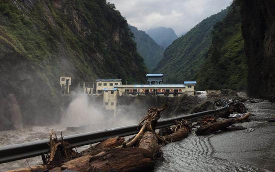 8月22日,龙潭水电站的漫坝洪水水势见涨。 新京报记者 周世玲 摄