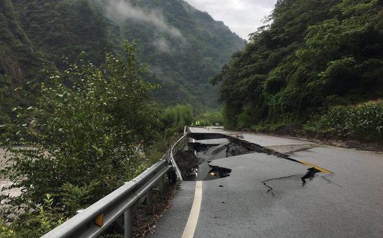 耿达镇通往卧龙镇的国道350线因泥石流损毁。 新京报记者 周世玲 摄