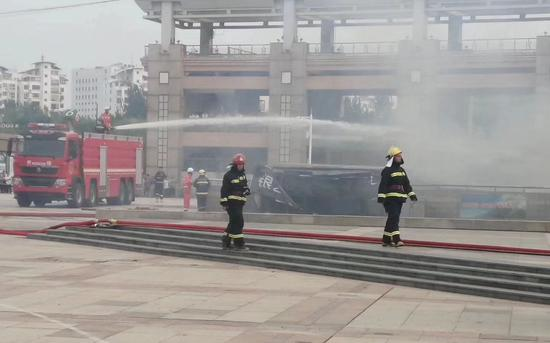 现场视频中,有消防员正在进行灭火救援。受访者供图