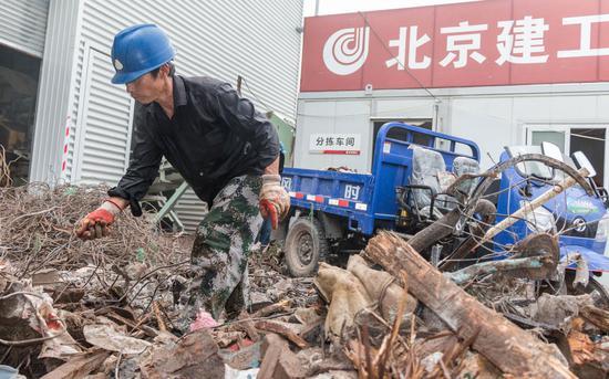 8月6日,四季青建筑垃圾资源化处置点,运来的建筑垃圾混杂着木条、钢筋等大件杂物。新京报记者 陈婉婷 摄