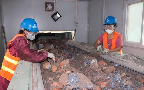8月6日,四季青建筑垃圾资源化处置点,工人在分拣传送带上的建筑垃圾。新京报记者 陈婉婷 摄