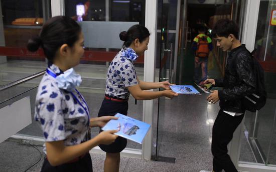 末了一班离港航班的旅客都收到了一封祝贺邮票。摄影/新京报记者浦峰
