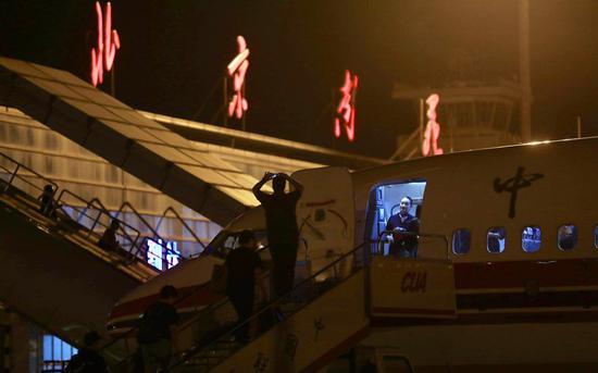 乘客在登机口拍照留念。摄影/新京报记者浦峰