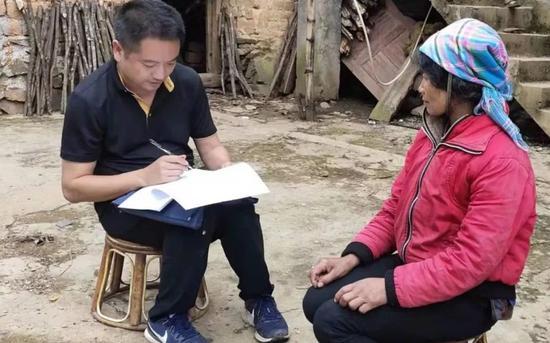 吴志宏生前在扶贫做事中,入户晓畅建档立卡拮据户家庭情况。图片来源:红河州委宣传部