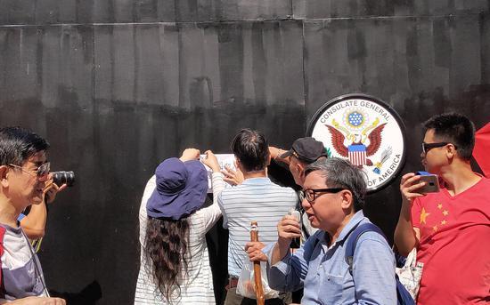 市民将指斥信贴在美领事馆门外。 来源:新京报特派香港报道组