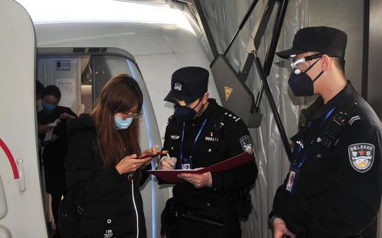 警方对乘客体温进走登记。 警方供图