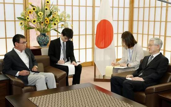 日本外相当面怒呛韩国驻日大使 还打断其发言(图)