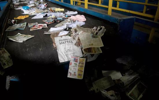 ▲美国马里兰州埃尔克里奇,废物回收场内输送带上的垃圾将被分类。