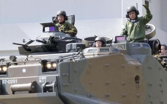 23日,日本防卫相岩屋毅(右一)视察陆上自卫队水陆机动团。