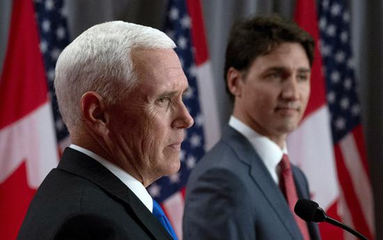 """彭斯(左)与特鲁多(右)联合举行记者会,而此前,多伦多大学政治学教授怀斯曼说,并且,在加拿大主办的七国集团(G7)峰会上,彭斯还表示""""(特朗普)总统是加拿大人民伟大的朋友""""等。特朗普曾威胁对加拿大汽车施加关税。</p><img dropzone="""