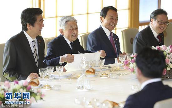 当地时间2018年12月17日,日本东京,日本明仁天皇在皇宫与日本始相安倍晋三领导的当局高官共进岁暮午餐。(图片来源:视觉中国)