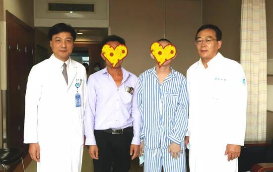 梁廷波(左一)、吴国生(右一)同患者父子相符影。