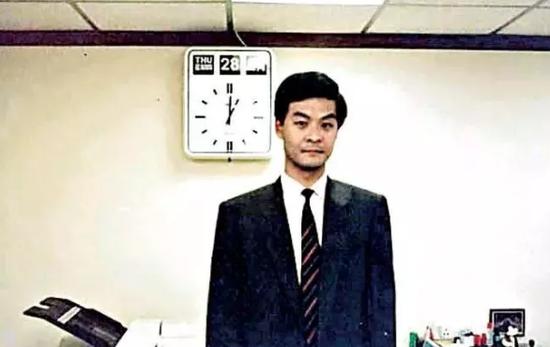 1988年4月28日,基本法第一稿傍晚在北京获通过,梁振英工作到深夜(资料图片)