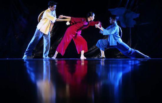 2018年10月13日,中间芭蕾舞团演员在外演芭蕾舞《红色娘子军》片段。(新华社)