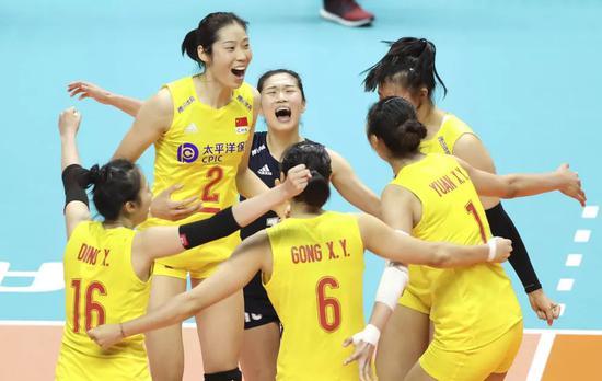 ↑图为9月23日,中国队球员在日本札幌举行的2019年女排世界杯赛第二阶段A组循环赛对阵美国队的比赛中庆祝得分。新华社记者 杜潇逸 摄