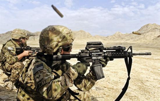 美军使用的M4A1步枪装载的是5.56毫米口径弹药