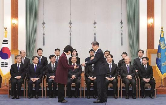 2020年1月2日,韓國總統文在寅任命執政黨國會議員秋美愛為新任法務部長官。圖為文在寅(前排右)為秋美愛(前排左)授予任命狀。圖/青瓦臺