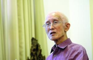 离开家乡几十年,余老仍不忘家乡事、家乡话 现代快报/ZAKER南京记者 赵杰 摄