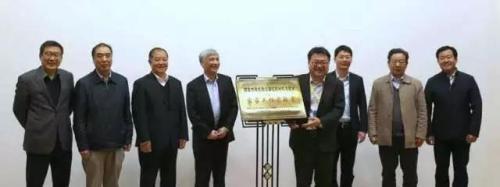 """丁仲礼为""""挥发性有机物污染控制材料与技术""""国家工程实验室揭牌。本文图片均来自中国科学院网"""