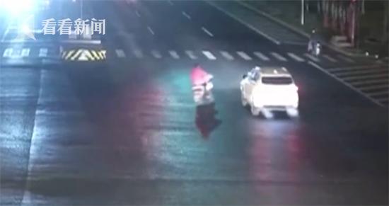 肇事越野车的驾驶员也向路口
