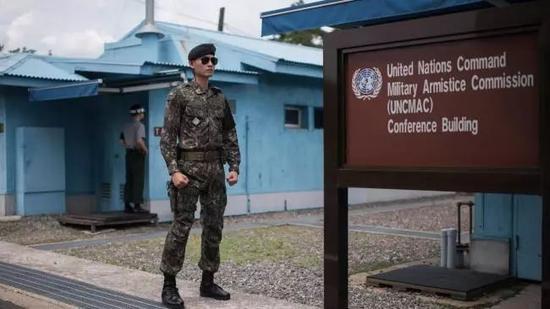 ▲一名韩国士兵站在板门店休战村的展馆外。