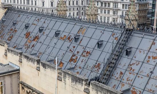 威斯敏斯特宫的屋顶因年久失修,已变得十分残破。(图片来源:《卫报》)