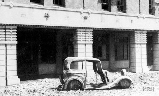 臺灣省專賣局臺北分局前被焚毀的汽車