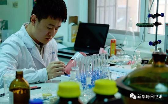 屠呦呦�F�研究人�T正在�M行青蒿素相�P�物�C理��。新�A社�者 孟菁�z
