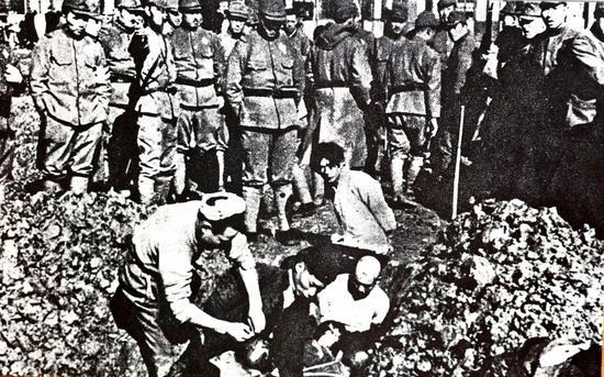 ▲日军正在活埋南京市民。选自《侵华日军南京大屠杀图集》