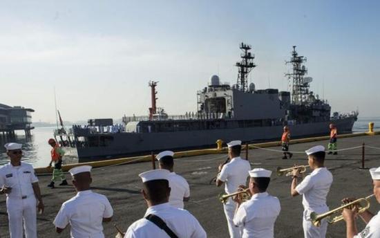 日司令:赠菲军机证明关系紧密 首航就去了黄岩岛黄岩岛首航海军