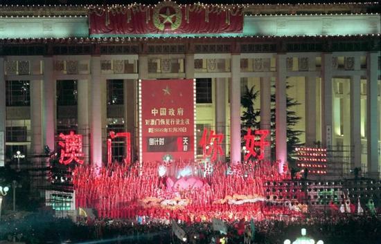 """1999年12月19日晚,""""北京市人民迎接澳门回归祖国联欢晚会""""在天安门广场澳门回归倒计时牌前举行。北京市领导及首都各界群众约3万人汇聚广场,欢庆中华民族的这一历史盛事。新华社记者 于小平 摄"""