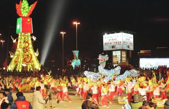 1999年12月20日凌晨,天津市民庆澳门回归活动达到高潮,人们载歌载舞,共贺这一历史时刻的到来。新华社记者 马平 摄