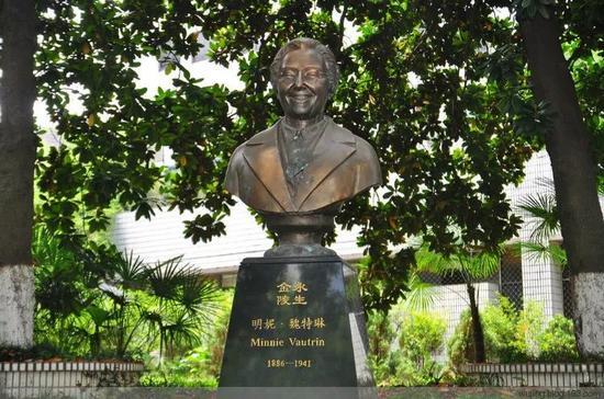 南师大校园内,魏特琳纪念雕塑。图片来自网络