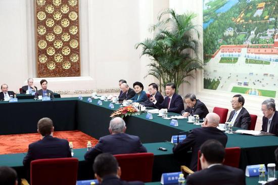 10月30日,习近平在北京人民大会堂会见清华大学经济管理学院顾问委员会海外委员和中方亚博国际家委员。新华社记者 鞠鹏 摄
