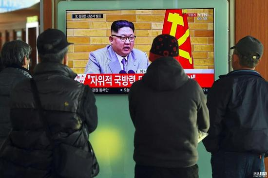 ▲1月1日,韩国首尔,民众观看金正恩发表新年贺词的新闻。