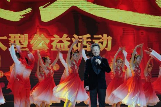 歌唱家阎维文演唱《母亲》