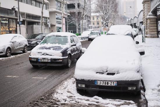 巴黎积雪覆盖车身