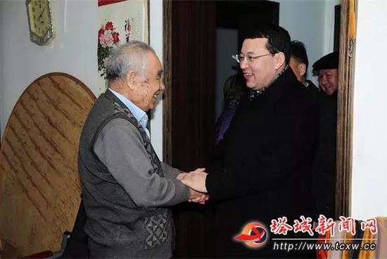 △尔肯江·吐拉洪(右一)