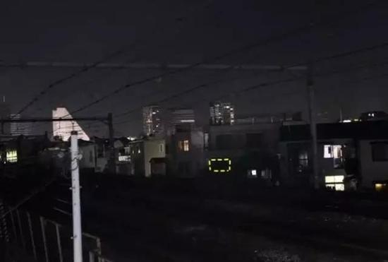 ▲江歌家靠近电车车轨,晚上行人较少。