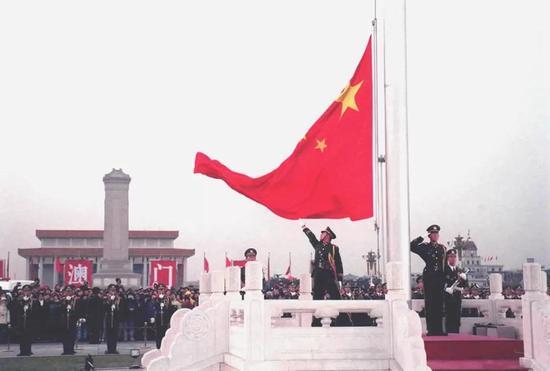 1999年12月20日,数万群众冒着严寒,自发聚集到天安门广场,观看澳门回归后的第一个升旗仪式。新华社记者 王呈选 摄