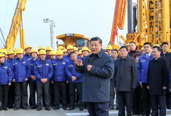 12月12日至13日,习近平在江苏徐州市考察。这是12日下午,习近平在徐工集团重型机械有限公司亲切看望劳动模范、技术能手等职工代表,鼓励他们在为实现中国梦的奋斗中争取人人出彩。新华社记者 谢环驰 摄