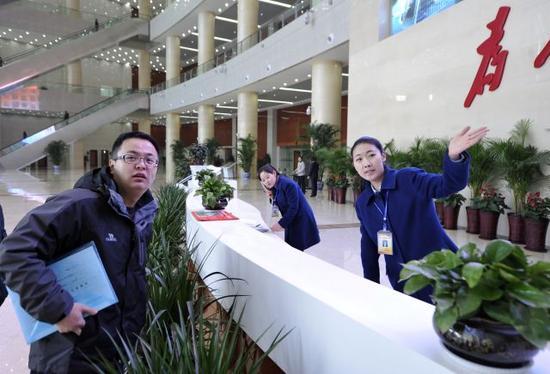 市民在银川市民大厅咨询办事流程