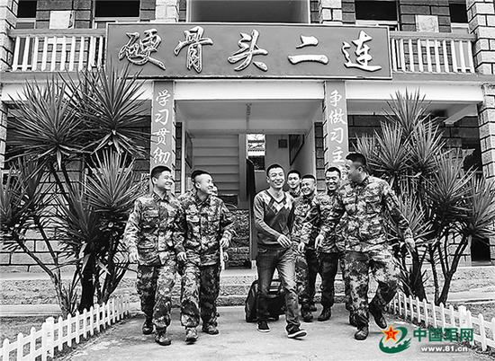四级军士长刘向可休假离队前,班里战友愉快地询问他的行程安排。李宝 图