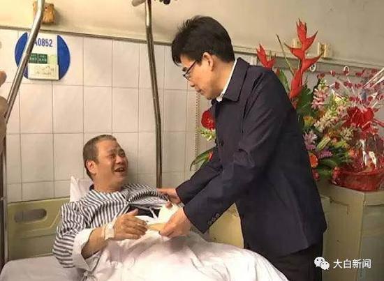 ▲邱奕辉带队到医院看望吴建春,转达陈良贤的亲切慰问。
