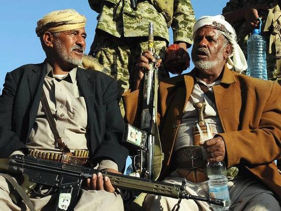 12月5日,两名胡塞武装支持者在萨那举行的庆祝打死前总统萨利赫的集会上交谈。(新华社发)