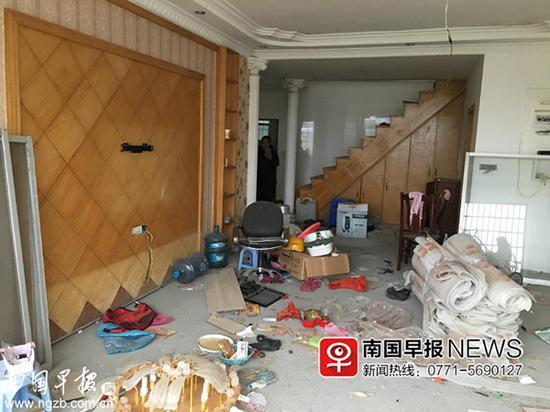 ▲等待移交期间,该房木地板被撬走,铁艺楼梯扶手被锯下。 南国早报 图